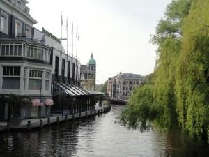 朝のアムステルダムの運河