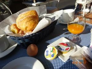 クロワッサンとオレンジジュース